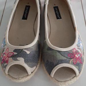 Adorable Par-a-phrase camo peep-toe shoes ❄️